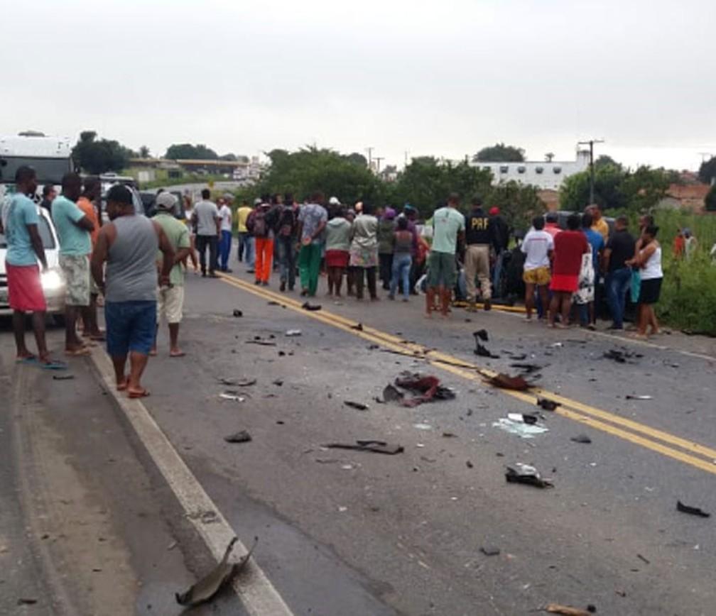 Dois morreram e quatro ficaram feridos em acidente com caminhão e dois carros na BR-101, na Bahia — Foto: Fábio Santos/Voz da Bahia