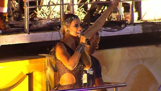 Vina Calmon, do Cheiro de Amor, canta 'Mila' para foliões na Barra
