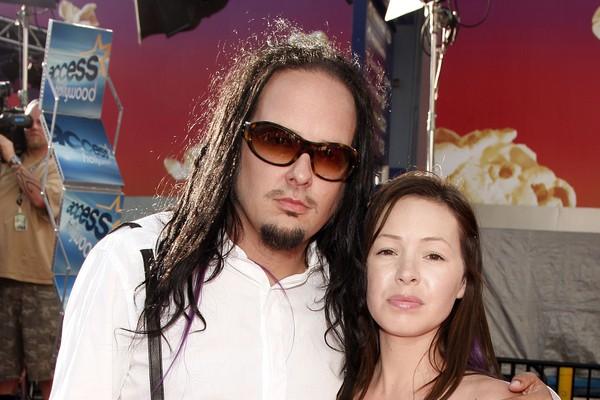 O vocalista do Korn, Jonathan Davis, com a sua esposa (Foto: Getty Images)