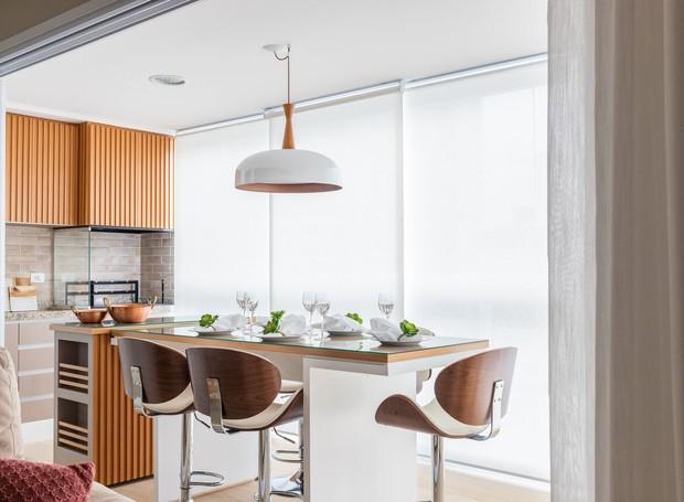 Na varanda, para integrar os dois ambientes foram utilizados os mesmos materiais da sala de jantar. (Foto: Fernando Crescenti/Divulgação)