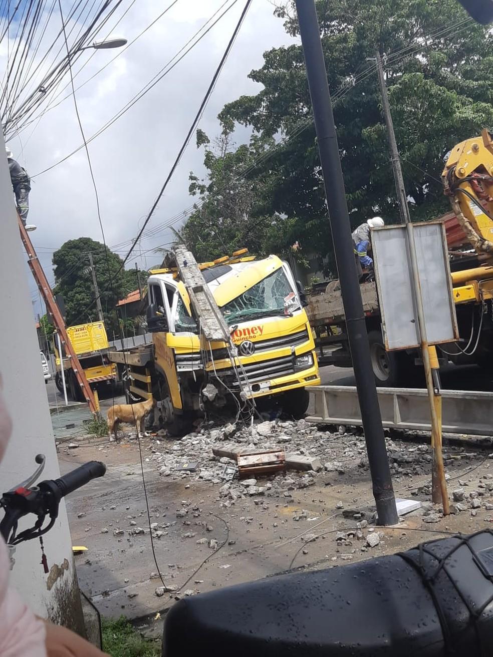 Motorista perde controle de caminhão e bate em poste no Ouro Preto, em Maceió — Foto: Sandra Souza
