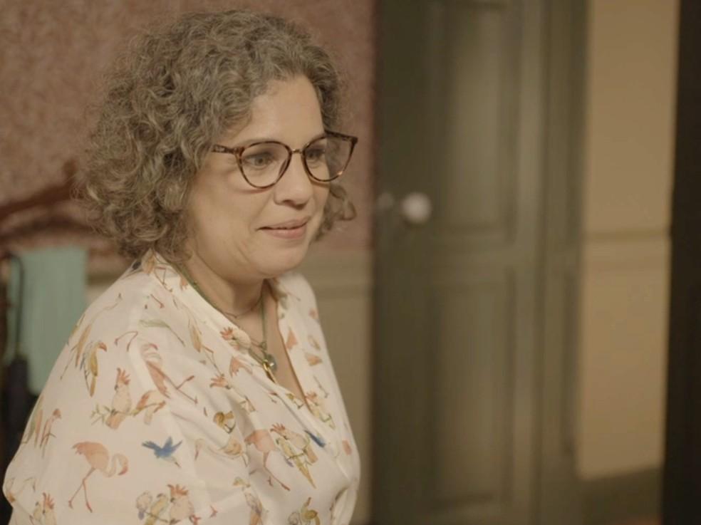 Jane (Isabel Teixeira) fica intrigada com a informação — Foto: Globo