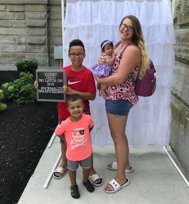 Trina com a bebê e os dois filhos mais velhos (Foto: Reprodução Facebook)