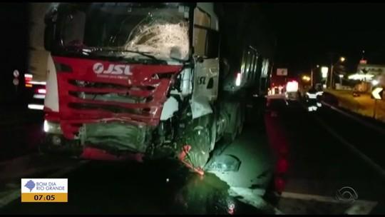 Acidente envolvendo carro e caminhão deixa uma pessoa morta na BR-116, em Guaíba