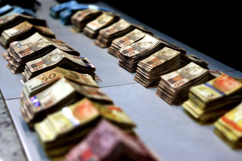 Dinheiro apreendido pela polícia na casa do médium João de Deus — Foto: Ernesto Rodrigues/Estadão Conteúdo