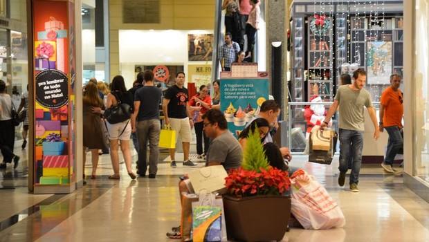 Pesquisa aponta que 23% dos trabalhadores usarão o 13º para compras de Natal  (Foto: Arquivo/Agência Brasil)