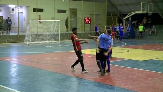 Atleta não jogará futsal por 1 ano após agredir árbitro com tapa no rosto ao ser expulso; assista