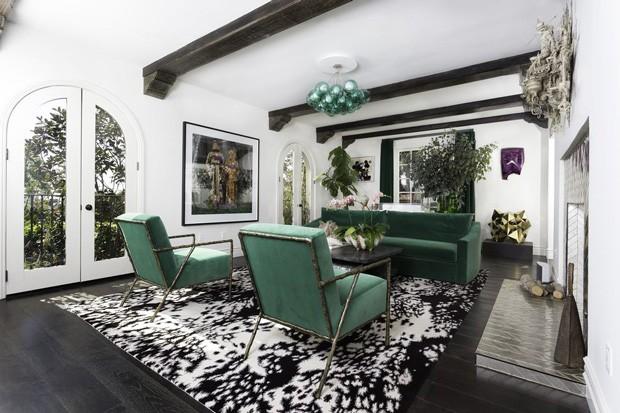 Sala de estar na casa do cantor Usher (Foto: Reprodução)