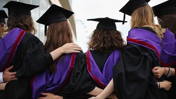 Estudantes de beca e capelo durante formatura de universidade (Foto: Dan Kitwood/Getty Images)