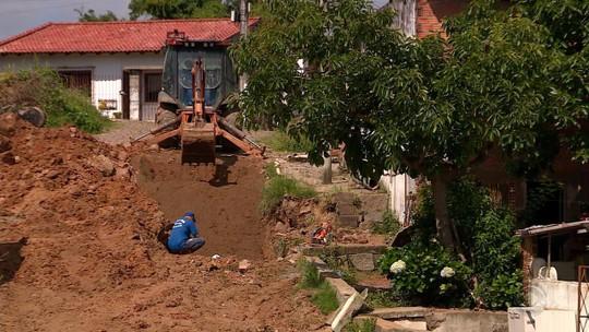 Rompimento de adutora deixa moradores com casas alagadas em Viamão