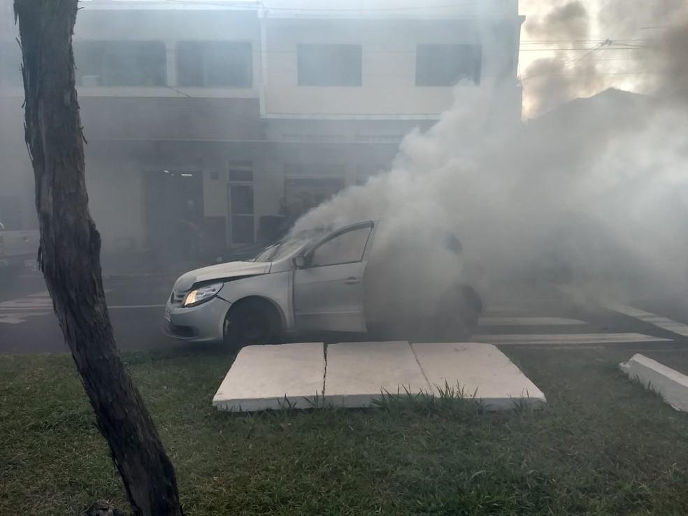 Moradores viram carro em chamas e ajudaram a resgatar mulher em Pirassununga — Foto: Repórter Naressi