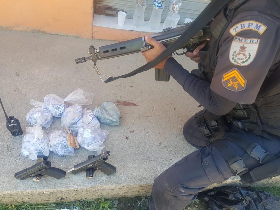 Militares encontraram duas pistolas, drogas e um rádio comunicador junto com os criminosos presos — Foto: Divulgação Polícia Militar