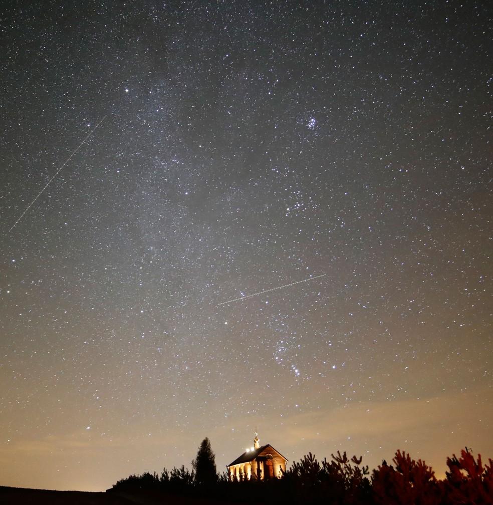 Céu iluminado durante chuva de meteoros da constelação de Gêmeos (Gemínideas) em Zagorie, na Bielorrússia, na noite de quarta-feira (13)  (Foto: Sergei Grits/ AP)