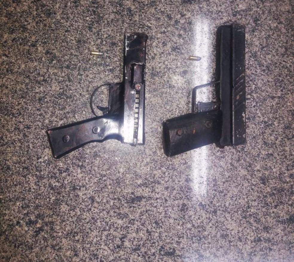PMs apreenderam duas pistolas de fabricação caseira com os assaltantes  — Foto: PMRN/Divulgação