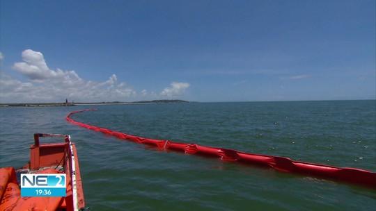 Barcos fazem monitoramento no mar e barreiras são colocadas para impedir chegada de óleo a rios no Recife