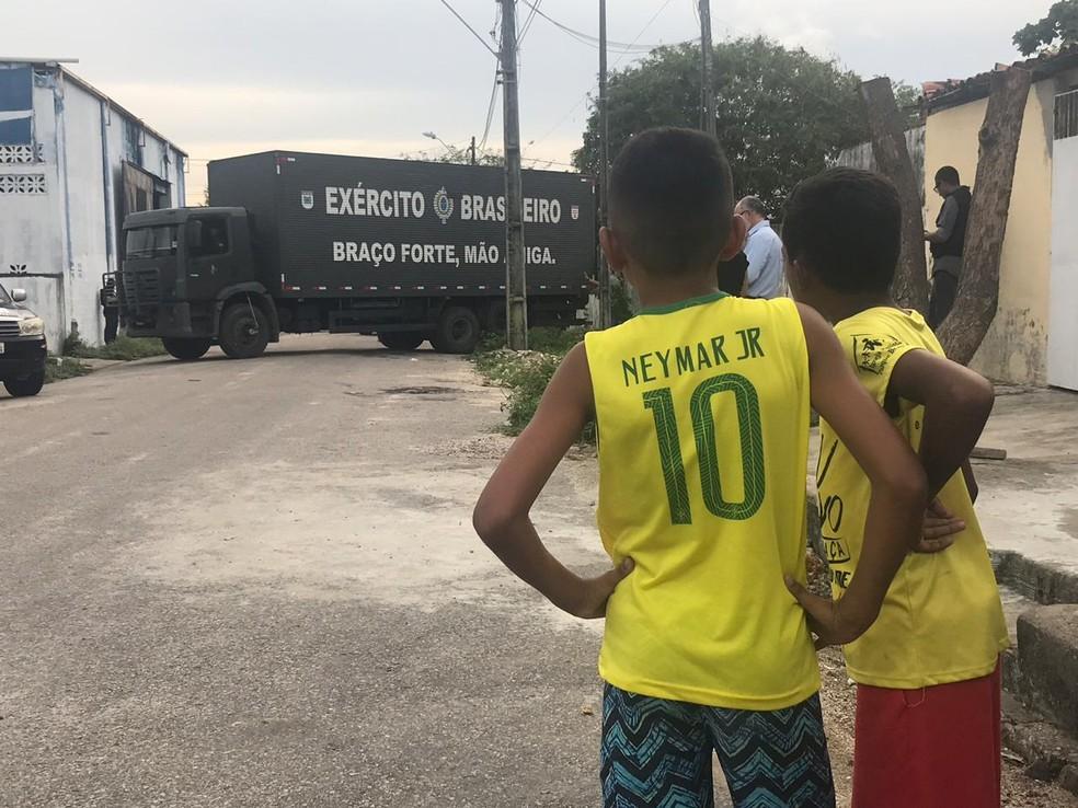 Carga de material explosivo foi retirada do local em um caminhão do Exército — Foto: Melquíades Júnior/SVM