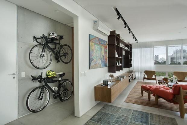 Bicicletas integram décor em apartamento jovem no Rio (Foto: Denilson Machado/ MCA Estúdio)