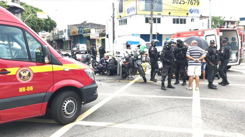 Acidente entre motos e carro da polícia aconteceu no cruzamento entre a Avenida Prudente de Morais e a Bernardo Vieira (Foto: Ítalo di Lucena/Inter TV Cabugi)