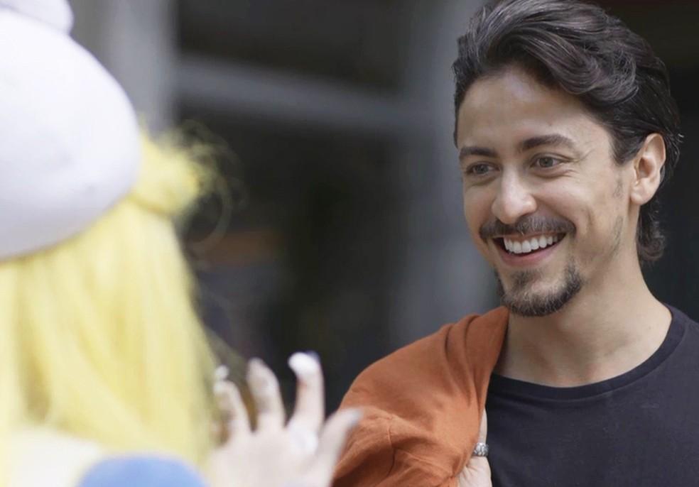 Jerônimo (Jesuíta Barbosa) conta para Manuzita (Isabelle Drummond) que conseguiu emprego em loja e outro em novela para ela — Foto: TV Globo