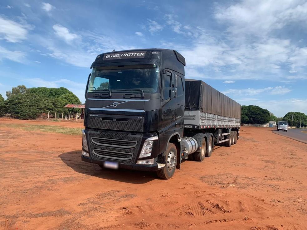 Motorista disse que pegou o caminhão já carregado com a droga e que levaria o entorpecente para São Leopoldo, no Rio Grande do Sul — Foto: PRF/Divulgação