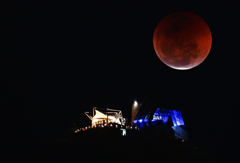 Lua de Sangue durante eclipse vista sobre o Pão de Açúcar, no Rio de Janeiro — Foto: Carl de Souza/AFP