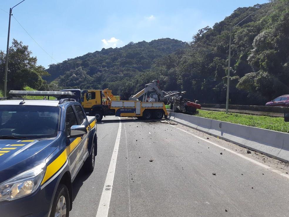 1e65ab0a7c ... No momento do acidente, as duas pistas sentido Garuva (SC) foram  bloqueadas —