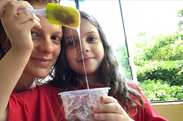 Maria Eduarda de Carvalho e a filha, Luiza, aprenderam a fazer slime (Foto: Arquivo pessoal)