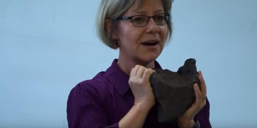 A cientista Mona Sirbescu com o meteorito (Foto: Reprodução/YouTube)