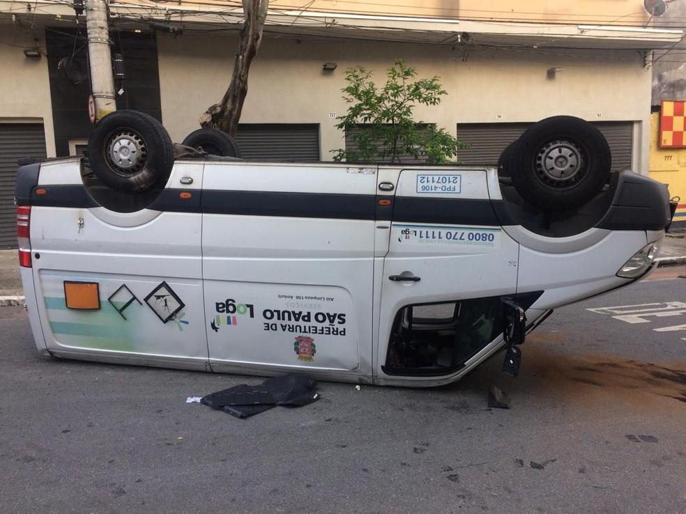 Carro da Prefeitura capotado na rua Prates, no Centro da capital — Foto: Abraão Cruz/TV Globo