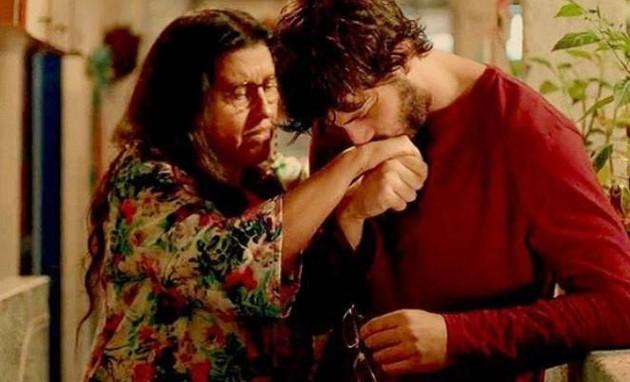 Regina Casé e Chay Suede em cena de 'Amor de mãe' (Foto: Reprodução)
