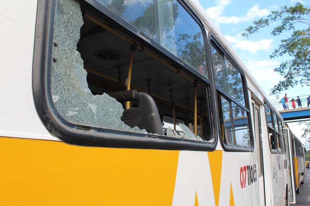 Em protesto durante greve de ônibus, manifestantes apedrejaram veículos em Manaus (Foto: Indiara Bessa/G1 AM)