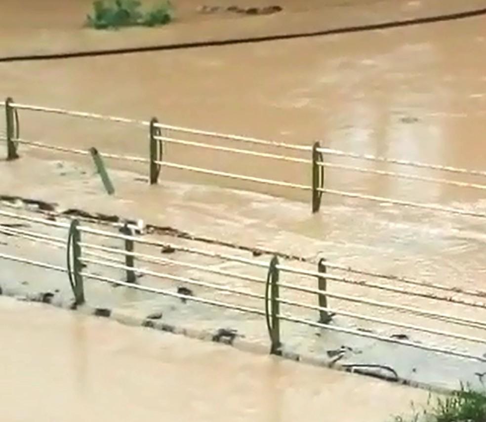 Moradores relatam que rio cobriu ponte no bairro dos Lotes, em Barreiros, na Mata Sul, neste domingo (18) (Foto: Reprodução/WhatsApp)