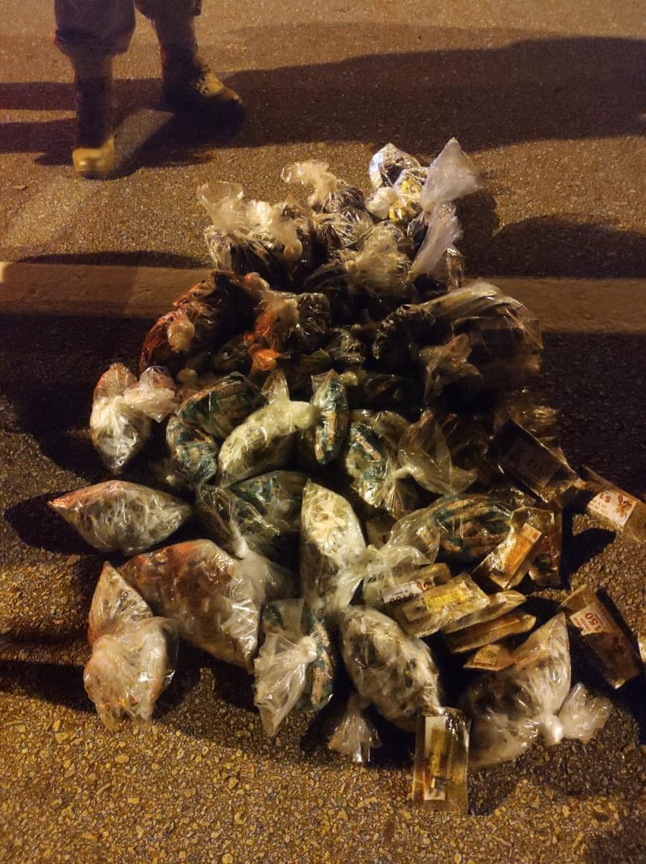 Sacos com maconha foram encontrados no porta-malas de um carro de passeio na BR-101, em Casimiro de Abreu — Foto: Divulgação