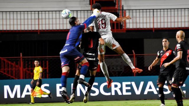 Felippe Cardoso sobe para fazer o gol do Fluminense na derrota para o Atlético-GO