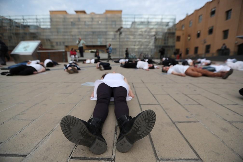 Mulheres deitam no chão durante protesto contra o feminicídio no dia 30 de outubro em Santiago, no Chile — Foto: Ivan Alvarado/Reuters