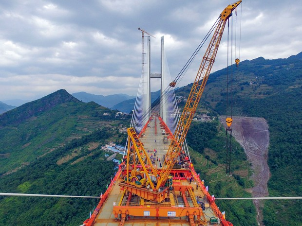 A ponte de Beipanjiang, que vai ligar as províncias de Guizhou e Yunnan durante a etapa final de sua construção, no sábado (10) (Foto: STR/AFP)