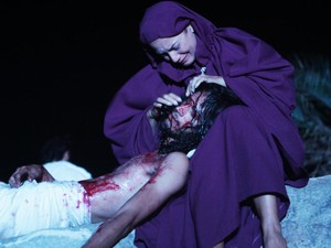 Atores encenam a morte de Jesus Cristo (Foto: Arquivo / Cdois Photo & Film)