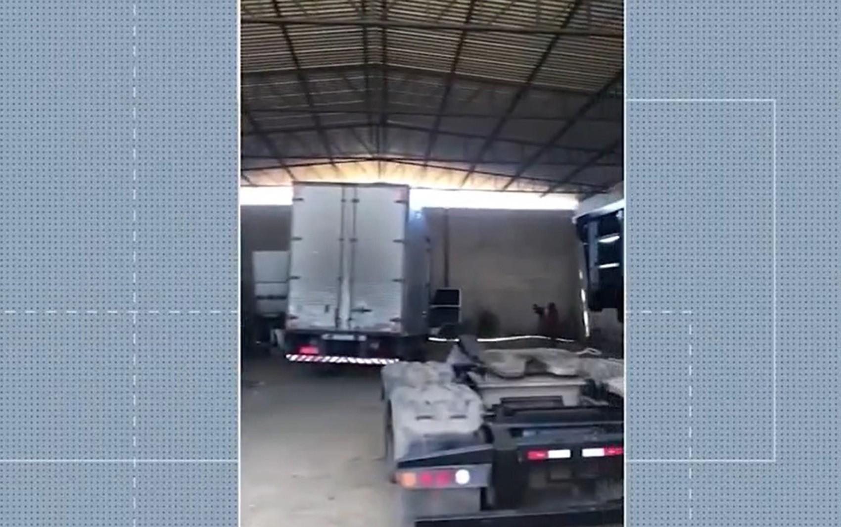 Galpão usado para desmanche de veículos roubados é descoberto na Bahia; uma pessoa foi presa