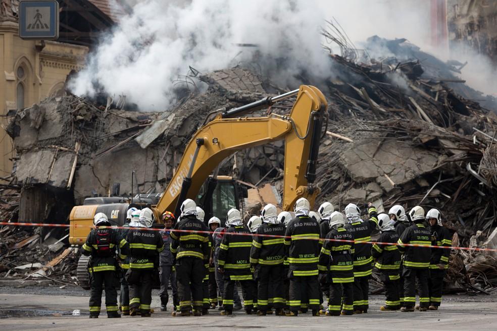 Bombeiros trabalham nos destroços do prédio que desabou após incêndio no Largo do Paissandu, centro de São Paulo (Foto: Marcelo Brandt/G1)