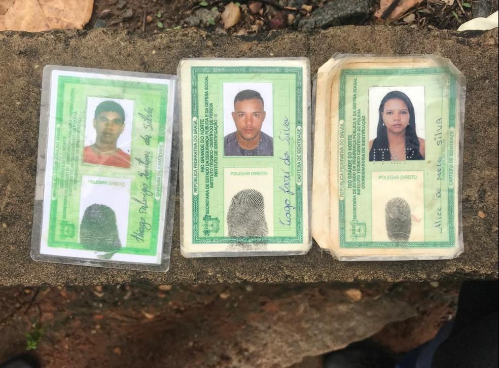 Documentos de identidade de três das quatro vítimas mortas em chacina na comunidade do Mosquito, na Zona Oeste de Natal. — Foto: Kleber Teixeira/Inter TV Cabugi