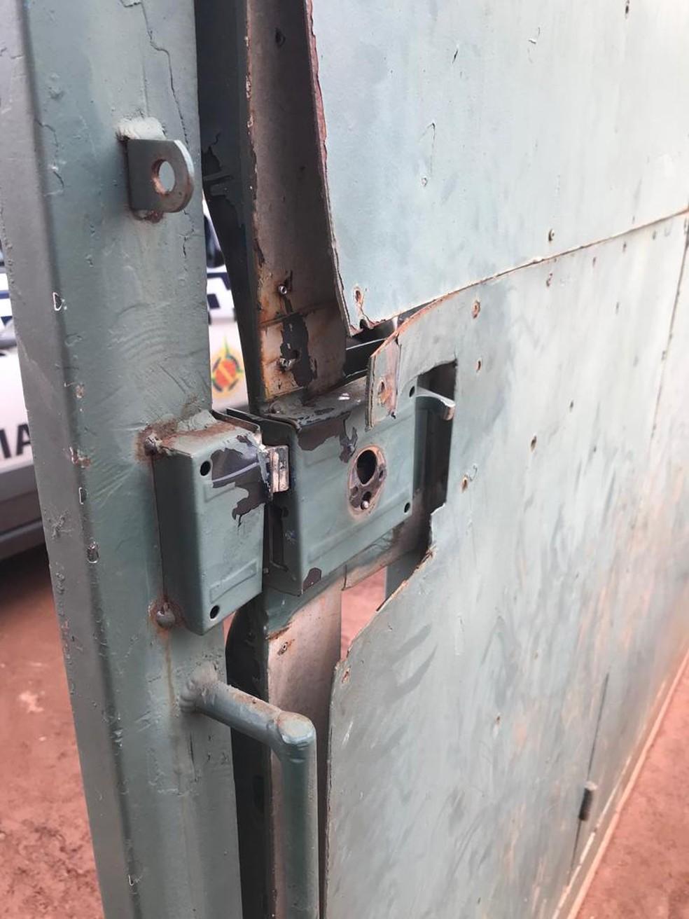 Porta arrombada por engano durante operação policial — Foto: Polícia Militar do DF/Divulgação