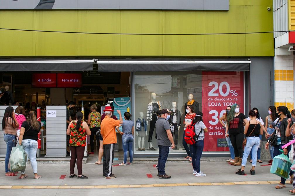 Movimentação na área de comércio popular na Avenida Mateo Bei, em São Mateus, na Zona Leste de São Paulo, na manhã desta quarta-feira (10) — Foto: Peter Leone/O Fotográfico/Estadão Conteúdo