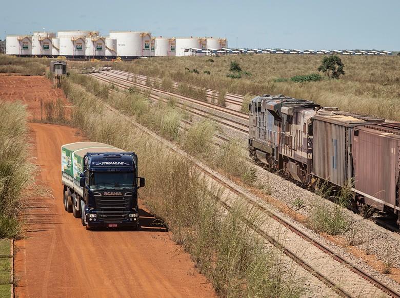 Trecho da Norte-Sul em operação transporta grãos e combustíveis (Foto: Marcelo Curia/Ed. Globo)