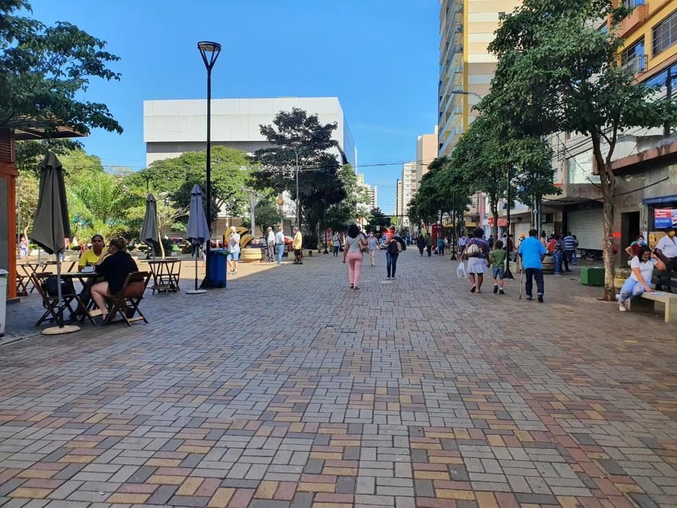 Lojas poderão abrir em horário ampliado em Londrina — Foto: Kathulin Tanan/RPC