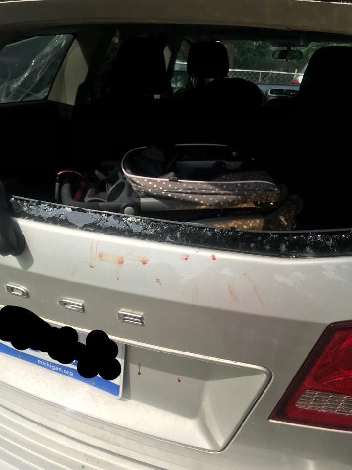 Mãe precisou quebrar vidros do carro sozinha (Foto: Reprodução)