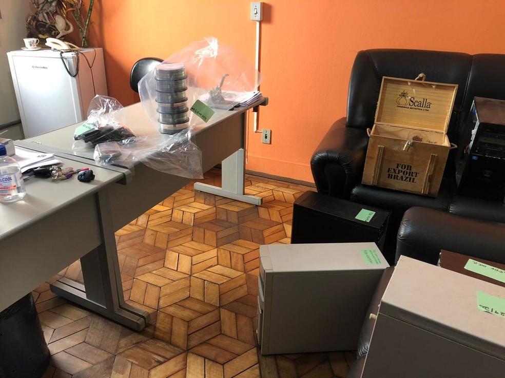 Polícia apreendeu pelo menos seis computadores, CDs, DVDs, celulares e outros objetos em Botucatu — Foto: Pedro Zacchi/TV TEM