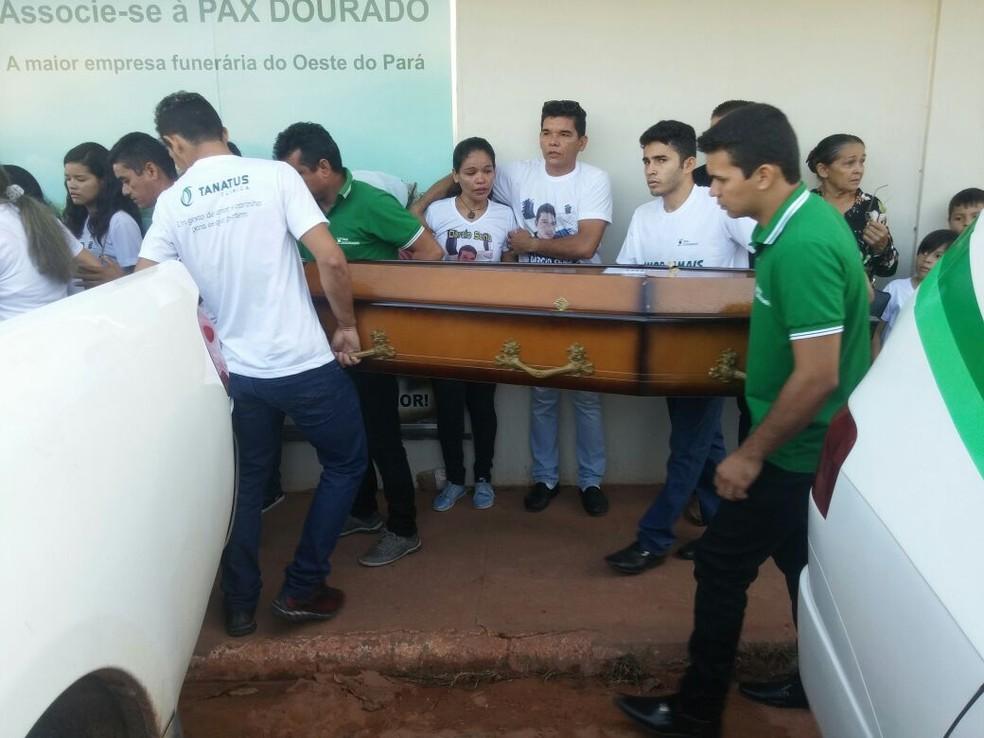 Corpos saindo da funerária em Santarém (Foto: Débora Rodrigues/TV Tapajós)