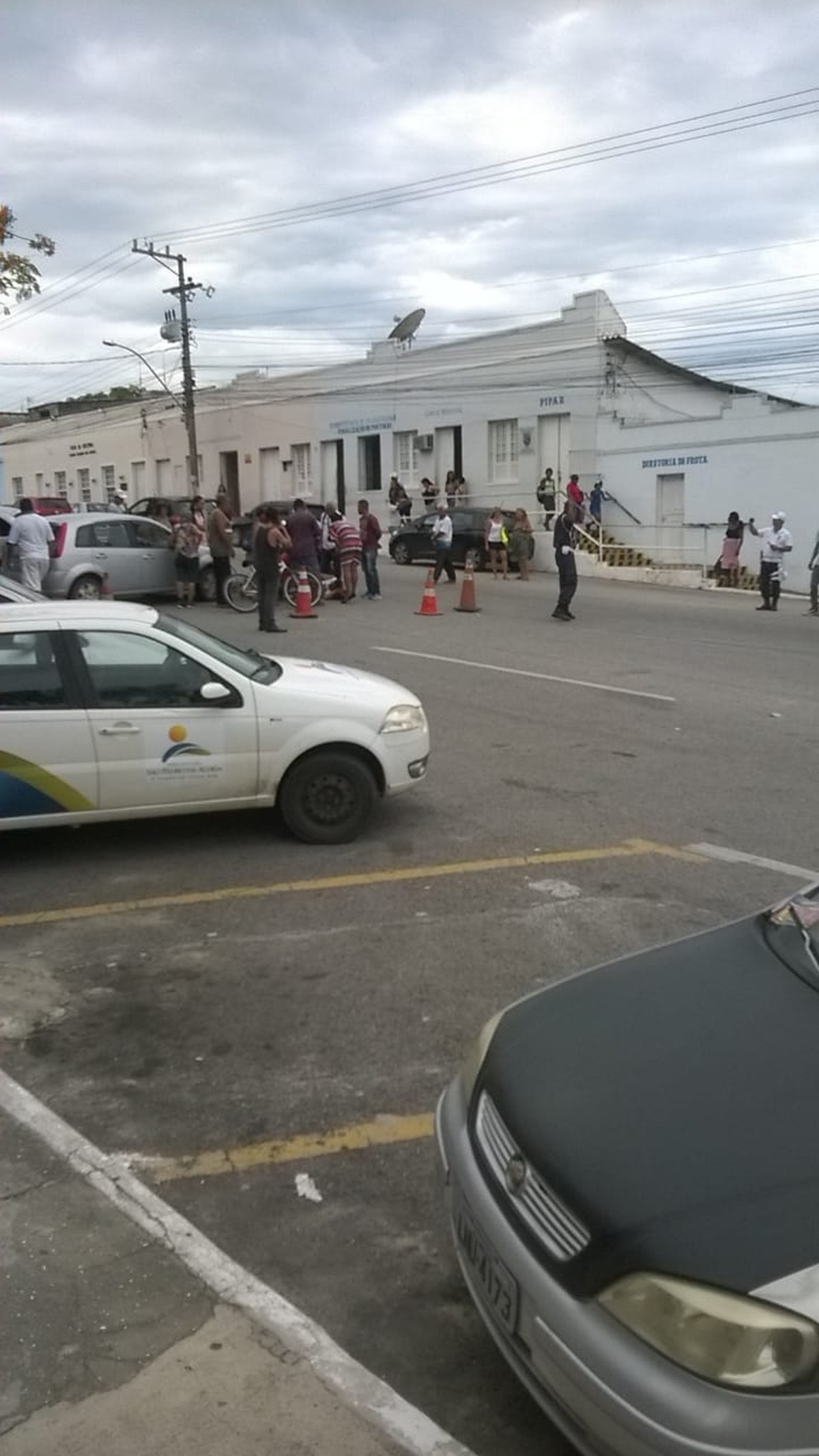 Carro bate em bicicleta e ciclista fica ferido no Centro de São Pedro da Aldeia, no RJ