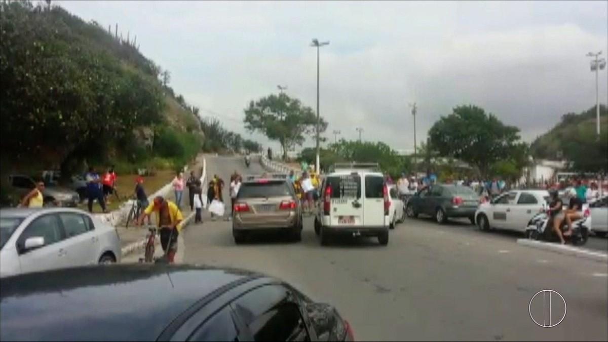 Guardas municipais de Cabo Frio, RJ, fazem protesto e pedem pagamento de 13º salário