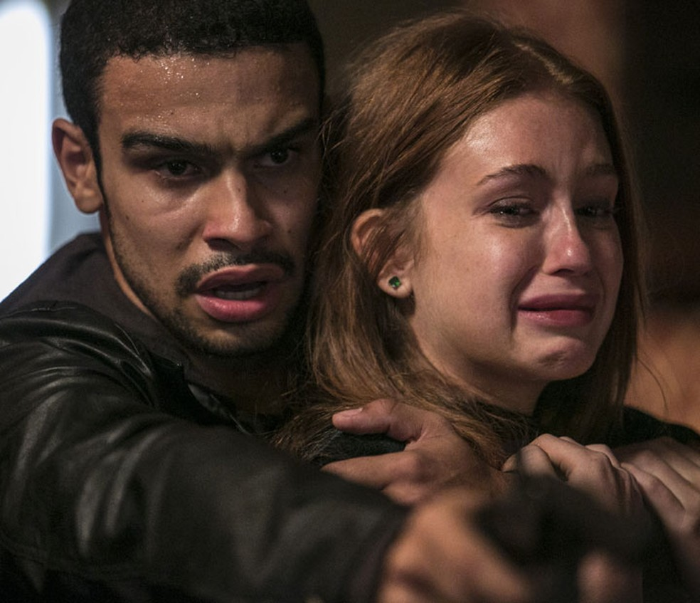 Sofia (Priscila Steinman) manda Jacaré (Sérgio Malheiros) atirar em Eliza (Marina Ruy Barbosa) — Foto: Raphael Dias/TV Globo